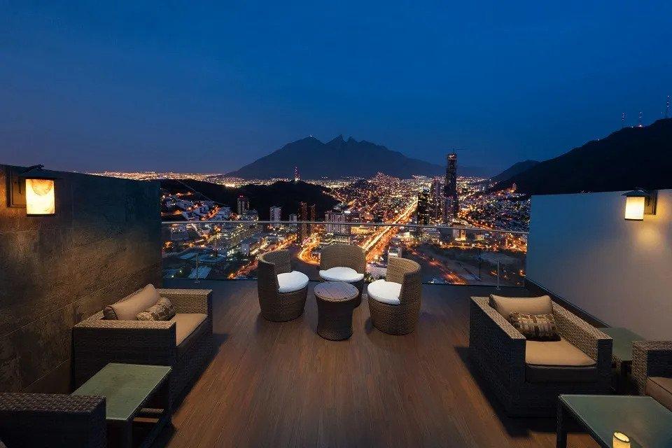 Sky Lounge con vista al Cerro de la Silla Metropolitan Center